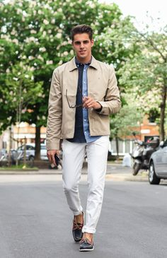 White chinos + beige jacket + two toned denim shirt White Pants Men, White Chinos, Fashion Suits, Men's Fashion, Men's Outfits, City Life, Denim Shirt, Men's Style, Men's Clothing
