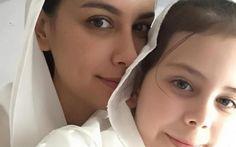 Sophia Latjuba kembali menghebohkan penikmat media sosial, pasalnya Sophia Latjuba memposting foto di akun instagram bersama anaknya Manuella Aziza Villareal menggunakan pakaian muslimah.