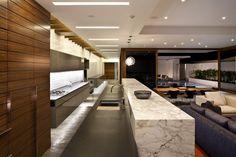 Moderne  Küche mit Kochinsel aus Marmor