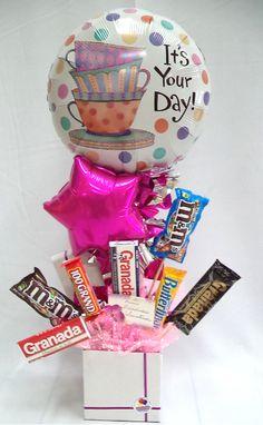 #Ya #Contamos con #Arreglos para #Celebrar a las #Secretarias en su #Día, solicita el tuyo desde ya!!!! Diy Birthday, Birthday Gifts, Balloon Basket, Box Wedding Invitations, Birthday Surprise Boyfriend, Party World, Candy Bouquet, Arte Floral, Mo S
