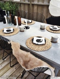 Narrow Balcony, Narrow Garden, Outdoor Dining, Outdoor Chairs, Outdoor Furniture, Zen House, Dining Room Table Decor, Balcony Plants, Wooden Decks