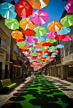Une Canopée faite de centaines de parapluies colorées !   Ufunk.net