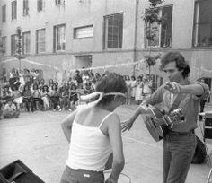 Bailando con una de las presas en la cárcel de mujeres en Barcelona.