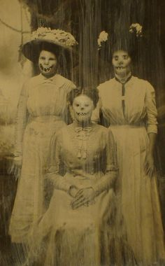 These Sick Photos Will Not Let You Sleep Tonight - The stuff of nightmares - creepy halloween costumes Retro Halloween, Photo Halloween, Halloween Fotos, Vintage Halloween Photos, Creepy Halloween, Halloween Pictures, Halloween Ball, Halloween Costumes, Arte Dope