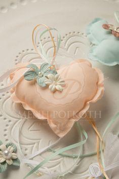 Μπομπονιέρες βάπτισης κρεμαστά μαξιλαράκια σομόν καρδιά και βεραμάν πεταλούδα με λουλουδάκια