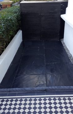 slate paving aptio front garden with rope edge tiles black and white victorian mosaic tile path london Concrete Patios, Patio Slabs, Patio Tiles, Concrete Stone, Concrete Floor, Victorian Front Garden, Victorian Terrace, Victorian House, Victorian Mosaic Tile