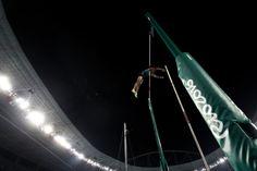 El brasileño Thiago Braz da Silva compite en la final del salto con pértiga.