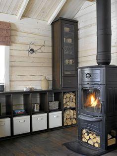 SPENNENDE DETALJER: Peisovnen varmer raskt opp hytta og er et koselig innslag i allrommet på mørke vinterkvelder. Reinsdyrhornet er kjøpt i et sametelt på julemarkedet på Rådhusplassen i Oslo. Og å oppbevare ved i den åpne hylla er både vakkert og dekorativt. Mountain Cottage, Cozy Apartment, Farmhouse Interior, Home Design Plans, Cabin Homes, Rustic Interiors, Interior Design Inspiration, Cozy House, Cottage Style