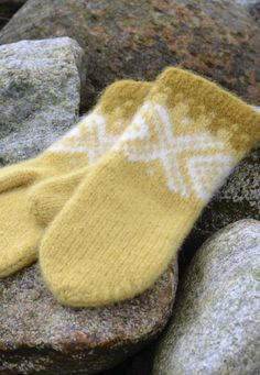 Ravelry: Marius tova votter free pattern by Sandnes Garn Knitted Mittens Pattern, Knit Mittens, Knitted Gloves, Knitting Patterns, Wrist Warmers, Hand Warmers, Fair Isle Knitting, Baby Knitting, Knit Crochet