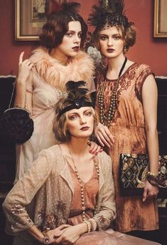▷ Vintage dresses - encounter with the past- ▷ Vintage Kleider – Begegnung mit der Vergangenheit Gatsby Style Party, tulle dress, fur scarf, dress with appliqué, round handbag - Great Gatsby Fashion, The Great Gatsby, 1920s Inspired Fashion, Roaring 20s Fashion, Flapper Style, 1920s Flapper, 1920s Style, Vestidos Vintage, Vintage Dresses