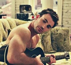 Omfgggggg!!! Chris Evans with a guitar