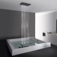 vasca da bagno con soffione doccia a soffitto