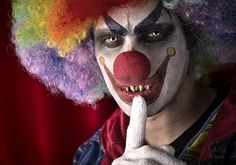 Many people suffer from true coulrophobia, the fear of clowns. Even without a full-blown phobia, everyone seems to agree that clowns are just a little bit Gruseliger Clown, Halloween Clown, Clown Mask, Halloween Face Makeup, Clown Scare, Halloween Night, Creepy Clown Sightings, Weird Text, Thriller Novels
