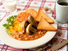 やっぱり食べたい定番のイングリッシュブレックファスト ©WORLD BREAKFAST ALLDAYご存知、イギリスの伝統的な朝ごはん。定番の手作りソーセージやハッシュドポテトがなぜか安心感をもたらしてくれます。