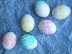 a little time consuming but cute idea! would probably hallow out the white whole egg and add mosaics to it.then after dry seal it with a clear sealant.voila, cute centerpiece with these in a wooden basket with dried grass/ silk grass. Making Easter Eggs, Easter Egg Crafts, Fall Crafts, Crafts For Kids, Diy Crafts, Dino Eggs, Cute Egg, Coloring Easter Eggs, Egg Art