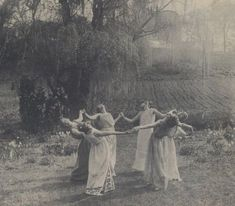 Introduction à la Wicca - Mystic Moon Autel Wiccan, Wiccan Magic, Pagan Witch, Vintage Witch Costume, Vintage Witch Photos, Witch Costumes, Vintage Pictures, Vintage Bizarre, Creepy Vintage
