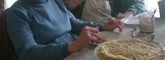 Dégustation de crêpes : plier ou rouler une crêpe, la garnir, la manger.