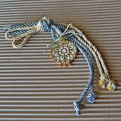 Ρόδι επίχρυσο με λευκό σμάλτο και δίχρωμα μεταξένια κορδόνια ιβουάρ και θαλασσί , για να φέρει σε σας ή σε όσους το κάνετε δώρο, καλοτυχία την νέα χρονιά. Lucky Charm, Key Chains, Paracord, Handmade Art, Ribbons, Diy And Crafts, Beading, Christmas Crafts, Greek