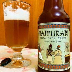 Cerveja Hamurabi, estilo India Pale Lager, produzida por Prima Satt, Brasil. 5% ABV de álcool.
