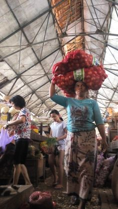 It is a common thing for a woman to be a porter in Indonesia. This is a photo of a Maduranese woman that carries a sack of onion in one of traditional markets in Surabaya Oxtail Soup, Traditional Market, Amazing Race, Surabaya, Four Square, Onion, Woman, Life, Onions