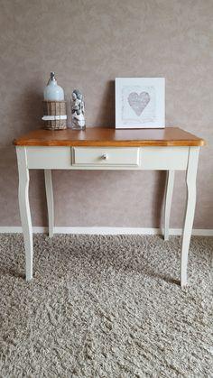 Petite table des années 1950 en bois, entièrement relookée au goût du jour dans un esprit campagne chic.