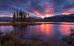Sunrise on Lower Kananaskis Lake (Peter Lougheed Provincial Park), Alberta, Kanada Waterton National Park, Grand Teton National, National Parks, The Places Youll Go, Great Places, Places To Visit, Rocky Mountains, Purple Mountain Majesty, Usa Holidays