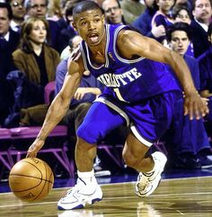 Muggsy Bogues in Charlotte's purple alternate road jersey. Basketball Leagues, Sports Basketball, Basketball Players, Hardwood Classic Jerseys, Charlotte News, Nba League, Charlotte Hornets, Nba Stars, Basketball Pictures