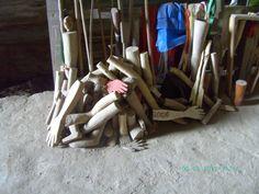 Ex-votos esculpidos em madeira, braços, pernas, mãos e outras partes do corpo humano. Objetos ofertados como prova de agradecimento por graça alcançada.