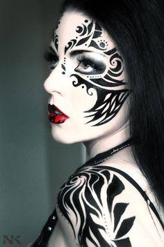 Idée pour le make up. Un maquillage artistique impressionnant pour mettre en valeur le travail de la maquilleuse.