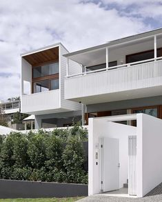 La Fleur exists as the result of a renovation and extension to an existing Queenslander home in Auchenflower, Brisbane. Brisbane Architects, Zaha Hadid Architects, Queenslander House, Modern Tropical House, Futuristic Home, Hamptons House, Facade House, Residential Architecture, Home Builders