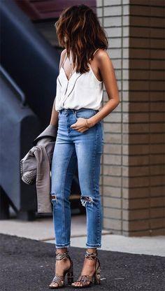 Produção básica e super estilosa. Este look casual chic com jeans. regata branca e salto alto é super inspirador!!!