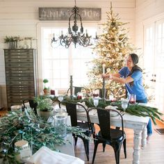 When Joanna Gaines is working on a home reno project on HGTV's Fixer Upper or running around her home decor store, Magnolia Market, she's rarely seen without Chip Y Joanna Gaines, Estilo Joanna Gaines, Joanna Gaines Design, Chip Gaines, Joanna Gaines Home, Jo Gaines, Christmas Mantels, Christmas Home, Christmas Wreaths