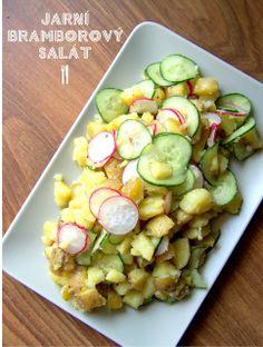 Jarní bramborový salát Na čtyři porce: 800g nových brambor cibule půl až jedna salát okurka svazek ředkviček sůl, pepř sluneč olej Brambory uvařím v osol vodě. Mezitím cibuli nakrájím nadrobno a vhodím do mísy. K ní na plátky salát okurku a ředkvičky.Ještě teplé brambory nakrájím i se slupkou na kousky, přihodím je k zelenině, osolím, opepřím a přidám tolik oleje, aby se vše lehce obalilo, a promíchám