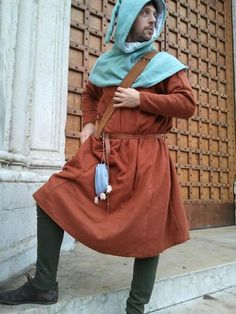 A human man in tunic, hood, and hosen - pretty common garb for all classes. Medieval Life, Medieval Fashion, Medieval Clothing, Medieval Costume, Medieval Dress, Historical Costume, Historical Clothing, Late Middle Ages, English Men