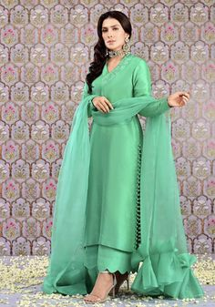 Latest Pakistani Dresses, Pakistani Fashion Party Wear, Pakistani Dress Design, Pakistani Outfits, Simple Kurti Designs, Stylish Dress Designs, Kurta Designs, Unique Dresses, Stylish Dresses