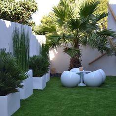This landscaped achievement located in the arrondissement of Marseille . Small Backyard Design, Home Garden Design, Backyard Patio Designs, Small Backyard Landscaping, Front Garden Landscape, Landscape Design, Rooftop Terrace Design, House Plants Decor, Design Ideas
