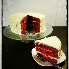 Red velvet cake met witte chocolade en roomkaas glazuur/vulling.. Door ManMadeCake.com