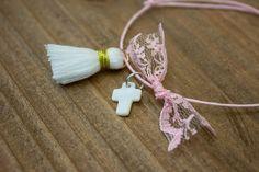 Μαρτυρικά 50τεμ MRL-002  Χειροποίητα μαρτυρικά βραχιολάκια με σταυρό από φίλντισι, λευκή φουντίτσα και φιογκάκι από ροζ δαντέλα, σε έναν αρμονικό συνδυασμό με ροζ κορδόνι. Tassel Necklace, Tassels, Jewelry, Jewellery Making, Jewels, Jewlery, Jewerly, Tassel, Jewelery