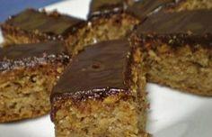 Jednoduchý hrnkový koláč s jablky a ořechy politý čokoládou