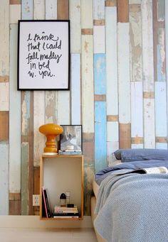 Vrolijk #gekleurd fotobehang met #sloophout. De verticale #planken benadrukken de hoogte van de ruimte. Leuk met simpele #fotolijst. #wood #wallpaper #colours #white #quote