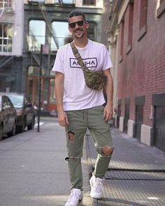 As calças rasgadas são peças que estão em alta no street style e porque não apostar em uma combinação simples e confortável? O Caio Braz combinou a peça com uma camiseta básica e um tênis branco.