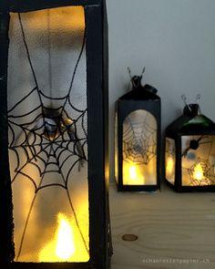 ...da baumelt ja eine Spinne an ihrem Faden. Grusel und Ekel gehört zu Halloween und diese Laterne steht ganz im Zeichen der Spinne. Ma...