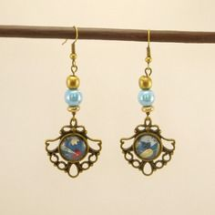 Boucles d'oreilles cabochons en métal bronze et motif bleu fleuri, et perles en verre bleu ciel