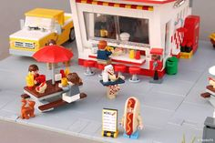 Lego hot dog shop Funny Lego Pictures, Lego Pizza, Lego Food, Lego Creator Sets, Lego Boards, Lego Modular, Cool Lego Creations, Lego Architecture, Lego Design