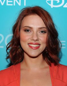 Scarlett kept her makeup, hair, and wardrobe in the red family for a stunning monochromatic look.