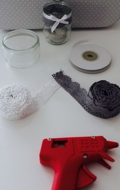 DIY photophore en dentelle. Pour cela, il vous faut : un pot de yaourt, un pistolet a colle, de la dentelle ruban et du ruban satin. A l'aide du pistolet à colle, fixer le ruban dentelle au tour du pot de yaourt, puis rajoutez le ruban satin en y faisant un joli nœud ou en coupant joliment les bouts. Et voilà, c'est fini .  Petite astuce, collez les chauffe-plats à l'aide de la colle chaude afin d'éviter qu'ils se déplacent.