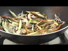 Chop Sue de cerdo, con salsa teriyaki Zafrán,        Ingredientes:   1/3 de Taza de salsa Teriyaki  100g de fideos Chinos    300g de posta de cerdo     1 cebolla grande     2 pimientos  1/2 Zucchini    3 cucharadas de aceite vegetal