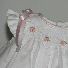 detalle de imagen -feather stitching on neckband. Smocking Baby, Smocking Plates, Smocking Patterns, Sewing Patterns, Sewing Kids Clothes, Baby Sewing, Little Girl Dresses, Flower Girl Dresses, Punto Smok