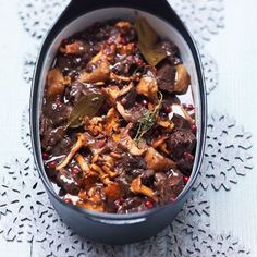 Venison Casserole with cranberries and cantharelles - Hertenstoof met vossebessen en cantharellen Slow Cooker Recipes, Meat Recipes, Fall Recipes, Crockpot Recipes, I Want Food, Love Food, Brunch, Food Facts, Jamie Oliver