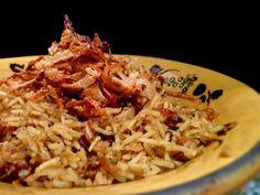 Recette du Riz sauté aux oignons à la Ottolenghi, un plat complet végétarien plein de saveurs